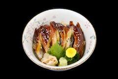 Unagi délicieux mettent ou ont grillé l'anguille sur le riz en nourriture japonaise de cuisine de tradition de cuvette en céramiq photographie stock