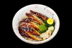 Unagi délicieux mettent ou ont grillé l'anguille sur le riz en nourriture japonaise de cuisine de tradition de cuvette en céramiq photo stock