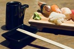 Unagi et ensemble saumoné de sushi et de noir de vaisselle Images libres de droits