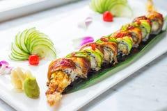 Unagi a grillé les sushi japonais d'anguille avec l'avocat photo libre de droits