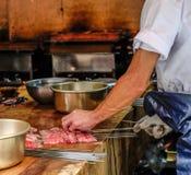 Unagi oder Aal, japanischer Chef spießten rohe frische Aalmeeresfrüchte Unagi in Japan auf Lizenzfreies Stockbild