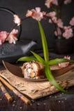 Unagi-Rolle mit geräuchertem Aal, Avocado, Creme mit Philadelphia-Käse, tobiko Kaviar Sushimenü stockbild