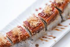 Unagi suszi: Japończyka Wraped Ryżowy Avocado i ser polewa z Piec na grillu Unagi Japońskim Słodkowodnym węgorzem, Katsuobushi i Zdjęcia Royalty Free