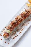Unagi suszi: Japończyka Wraped Ryżowy Avocado i ser polewa z Piec na grillu Unagi Japońskim Słodkowodnym węgorzem, Katsuobushi i Obrazy Stock