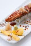 Unagi suszi: Japończyka Wraped Ryżowy Avocado i ser polewa z Piec na grillu Unagi Japońskim Słodkowodnym węgorzem, Katsuobushi i Obraz Royalty Free