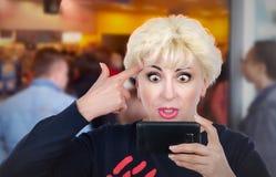 Unangenehme erwachsene Frau hat Videochat Stockbild