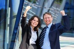 Unas par de personas acertadas felices del asunto Foto de archivo