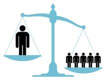 Unausgeglichene Skala mit einem einzelnen Mann und einer Gruppe Lizenzfreies Stockfoto