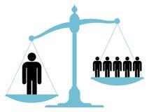 Unausgeglichene Skala mit einem einzelnen Mann und einer Gruppe Stockfotos