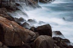 Unawatuna-Felsen auf langer Belichtung lizenzfreie stockbilder