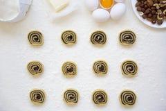 Unbaked μπισκότα με τους σπόρους, τις σταφίδες και τα καρύδια παπαρουνών Συστατικά για την κατασκευή των μπισκότων Τοπ άποψη, υπε Στοκ Φωτογραφία