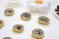 Unbaked μπισκότα με τους σπόρους, τις σταφίδες και τα καρύδια παπαρουνών Συστατικά για το μαγείρεμα των μπισκότων Πλάγια όψη Στοκ Φωτογραφία