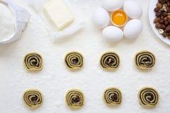 Unbaked μπισκότα με τους σπόρους, τις σταφίδες και τα καρύδια παπαρουνών Συστατικά για την κατασκευή των μπισκότων Στοκ Εικόνες