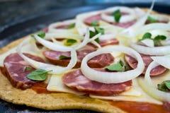 unbaked pizza royaltyfri foto