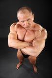 Unbearbeiteter Bodybuilder schaut bedrohlich Lizenzfreies Stockbild