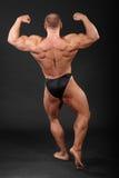 Unbearbeiteter Bodybuilder zeigt Muskeln Stockbild