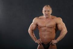 Unbearbeiteter gebräunter nasser Bodybuilder Stockbild