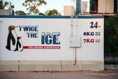 Unbeaufsichtigte Eismaschine, die Taschen des Eises 24x7 verkauft stockfotografie