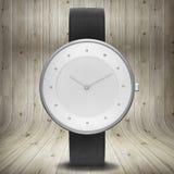 Unbedeutende Uhr auf hölzernem Hintergrund Lizenzfreie Stockbilder