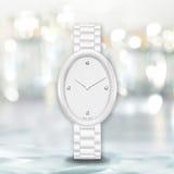 Unbedeutende weiße Uhr auf hellem undeutlichem Hintergrund Lizenzfreie Stockfotografie