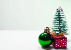 Unbedeutender Hintergrundweihnachtenwhit-Miniaturbaum Stockbilder