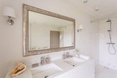 Unbedeutendes Badezimmer mit großem Spiegel stockfoto