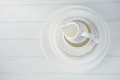 Unbedeutendes Bild des weißen Porzellanküchengeschirrs oben angehäuft stockfotografie