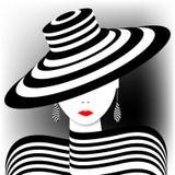 Unbedeutendes Porträt einer Frau in den stilvollen Streifen Stockfotografie
