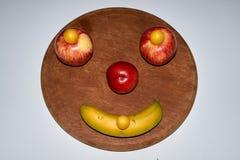 Unbedeutendes rundes Fruchtgesicht gemacht vom Apfel, vom Pfirsich und von der Banane lizenzfreie stockfotografie