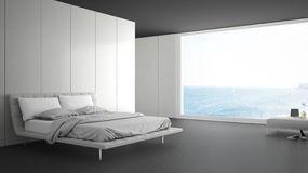 Unbedeutendes Schlafzimmer mit großem Fenster auf Seepanorama Lizenzfreie Stockfotos