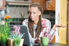 Unbeeindruckte Frau in der Küche mit Berechnung Stockbild