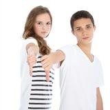Unbeeindrucktes Jugendlichgeben Daumen unten Lizenzfreie Stockfotografie