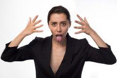 Unbefriedigte Geschäftsfrau, die Zunge an der Kamera zeigt lizenzfreie stockfotos