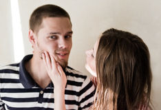 Unbefriedigter Mann möchte nicht Frau betrachten Stockbilder