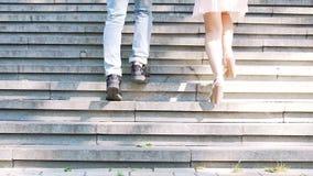 Unbekümmerter junger Mann und Frau, die oben in den Park, sorgloses Leben genießend läuft stock footage