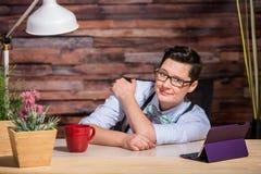 Unbekümmertes lesbisches Arbeiten am Schreibtisch stockfotos