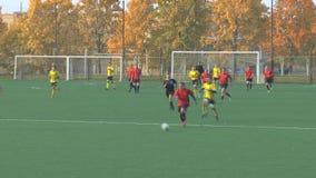Unbekanntathleten spielen Fußball stock video