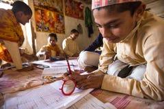 Unbekannte Kinder, die Hausarbeit an Jagadguru-Schule tun Stockbild