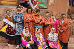Unbekannte Leute in Abyaneh-Dorf lächelnd, um Fotos zu machen, Lizenzfreie Stockfotos