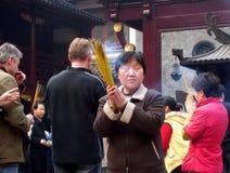 Unbekannte Leute beten am Stadt-Gott-Tempel in Shanghai an Stockfoto