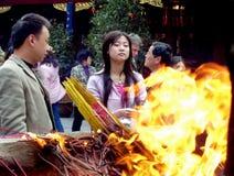 Unbekannte Leute beten am Stadt-Gott-Tempel in Shanghai an Stockfotografie