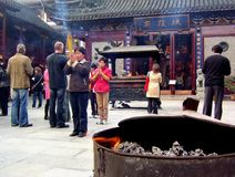 Unbekannte Leute beten am Stadt-Gott-Tempel in Shanghai an Stockfotos