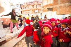 Unbekannte Schüler während der Tanzstunde in der Grundschule Lizenzfreie Stockfotografie