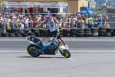 Unbekannter Bremsungsradfahrer unterhalten das Publikum Stockfotos