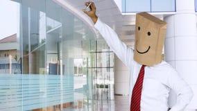Unbekannter Geschäftsmann, der selfie in der Bürolobby nimmt stock video