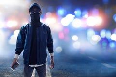 Unbekannter Hacker, der Handy hält Stockbild