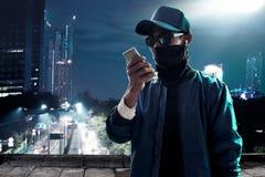 Unbekannter Hackergebrauchshandy Lizenzfreie Stockfotos