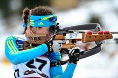 Unbekannter Konkurrent am Biathlon lizenzfreie stockbilder
