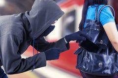 Unbekannter männlicher Einbrecher stiehlt einen Smartphone stockfotografie