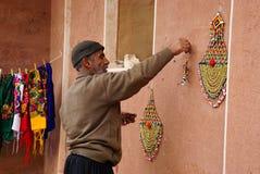 Unbekannter Mann bereiten Andenken für das Saling in Abyaneh, der Iran vor Stockfotografie